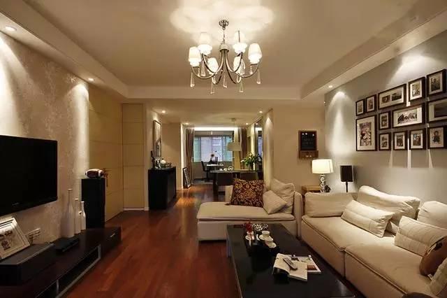 复古奢华的水晶吊灯成为客厅里最耀眼的装饰,投射在天花顶的光影像是一朵绽放的花朵。