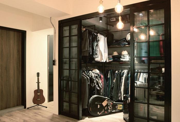 特别为拥有大量衣物的屋主所设计,玻璃木隔框的双开门片和U型层架,收纳量相当可观。
