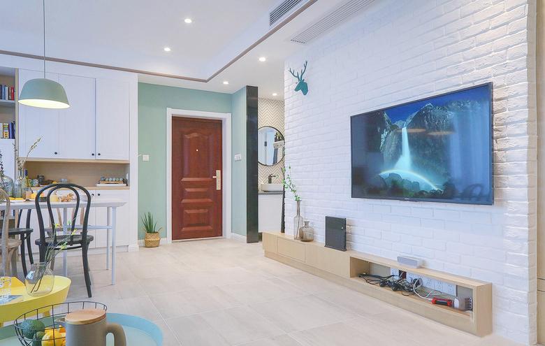 原木电视柜和刷成白色的裸露墙砖,典型的北欧风格元素,站在客厅角落,紧凑的房型一目了然。