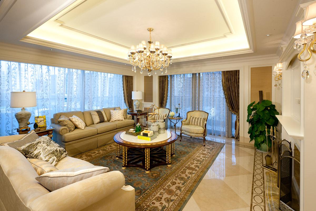 客厅的顶面直接以白色乳胶漆刷至而成,其中设计别致的是有着镶边框条设计