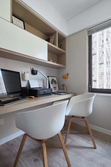 藏在沙发之后的书房,空间得到充分利用,放在窗户拥有更好的采光。