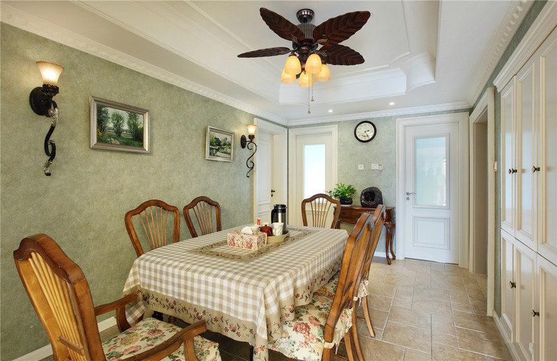 餐桌椅均采用了木质结构,小碎花、方格布、叶形吊顶无不把休闲田园生活展示出来。