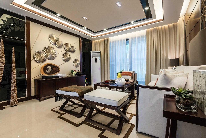 采用实木的家具,融合着庄重和优雅的双重品质,落地窗让室内采光通透明亮。