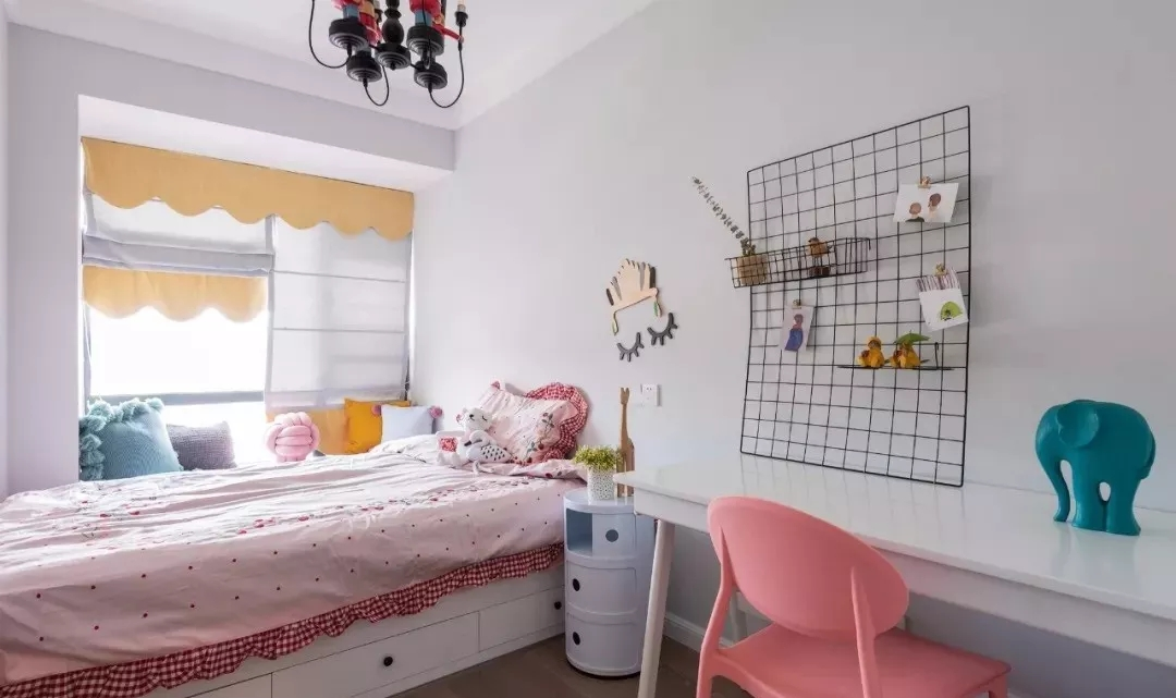 儿童房兼具书房功能,粉嘟嘟的儿童房,是每位小公主的向往,整体软硬搭配,漂亮温馨。