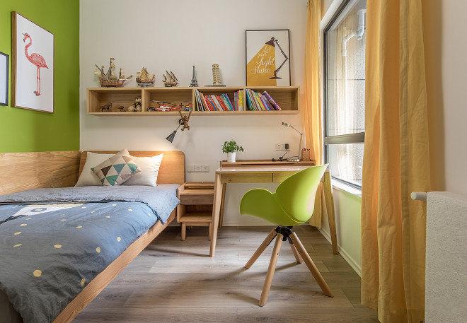 次卧房间墙面选用绿色系,适合看书娱乐。原木色的家具,清新自然,整个空间都在追求活泼、愉悦感受。