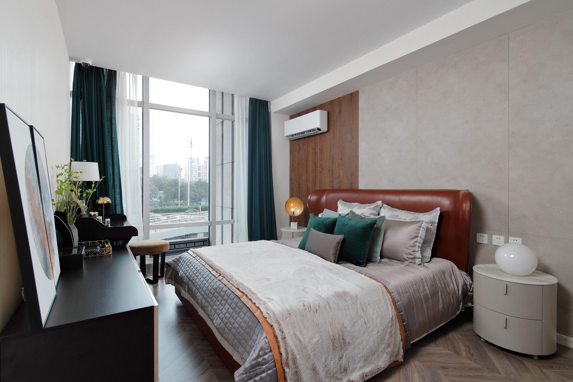 在卧室中加入了木质元素,轻奢风与木饰面的碰撞,温润自然,无不透露着轻奢风的低调奢华。