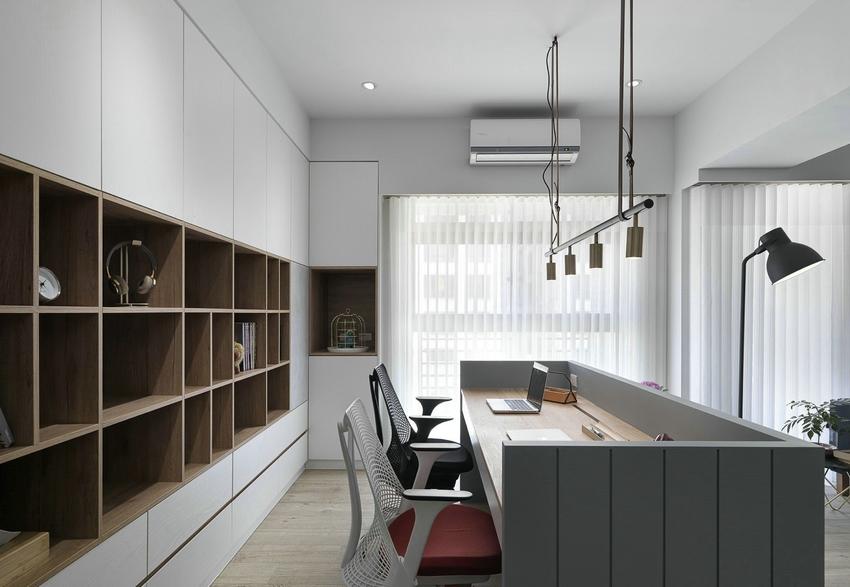 开放式书房与客厅相连,双人书桌有点像公办前台,背后书柜设计嵌入式与卧室衣柜设计一致。