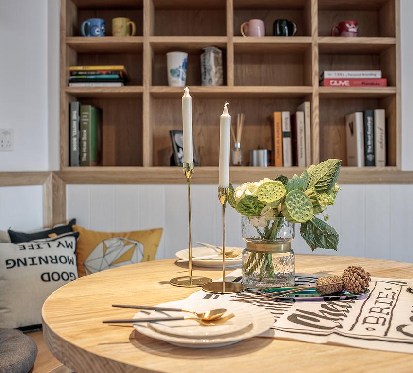 不拘泥于单一的空间设置,除开用餐功能,餐厅也可供办公休闲使用。