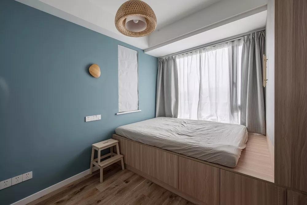 榻榻米,是是日式装修中最具特点的部分;设计师将墙面用墨绿色进行点缀,增加了一种复古文艺之氛围。