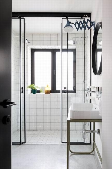 白色马赛克装饰的洗浴室,简单优雅,十分纯粹。