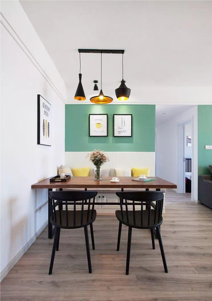 餐厅利用卡座的形式,增加了储物的功能。墙面颜色选择和沙发背景墙颜色一样,增加空间的连贯性。