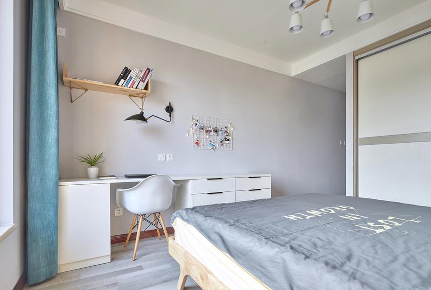 床头吊灯的选择,释放了床头柜的空间,同时也提升了卧室的品质感和时尚感。