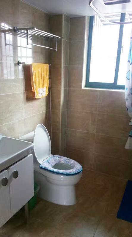 爱空间标配的卫生间,简约却不简单,足以满足三口之家的基本需要。