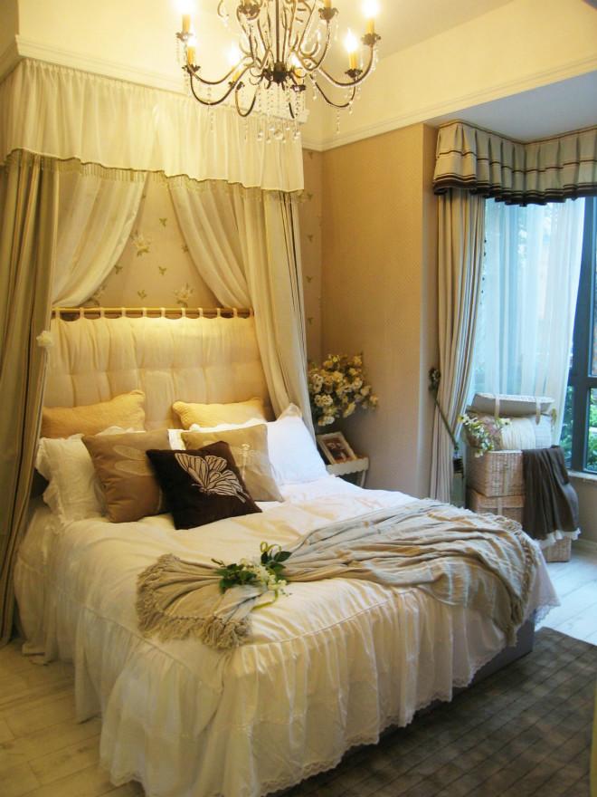原木色地板与床品交相呼应,床头柜摆放的花加上地毯砖块设计透出一种自然的风味。