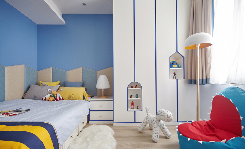 小朋友的生活城堡,房间里不仅充满童趣的玩偶,超级英雄、鲨鱼座椅、小狗凳……