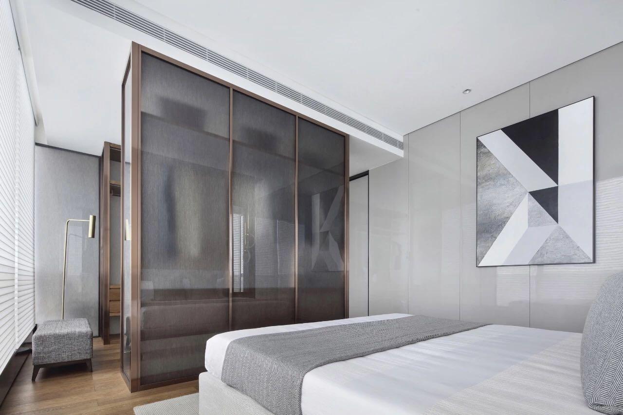 側臥設計展現出時尚的氣息,白灰色床鋪搭配米色背景牆,空間更加溫暖舒適。