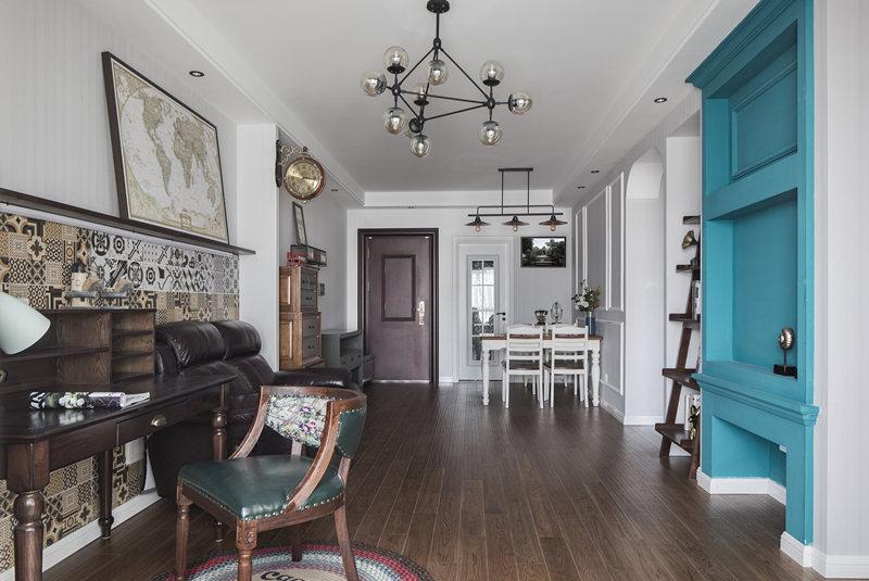 房屋采光比较好,设计师打破传统风格,以通透的空间和色彩丰富的装饰元素带来一个全新的居住环境。