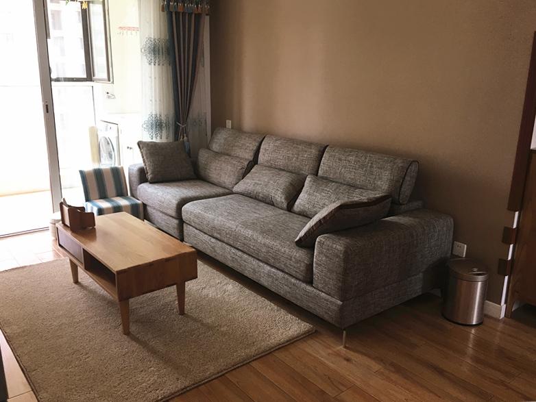 棉麻布艺沙发、原木茶几、毛绒绒的地毯,几个元素融合在一起,细腻的展现了优雅的格调。
