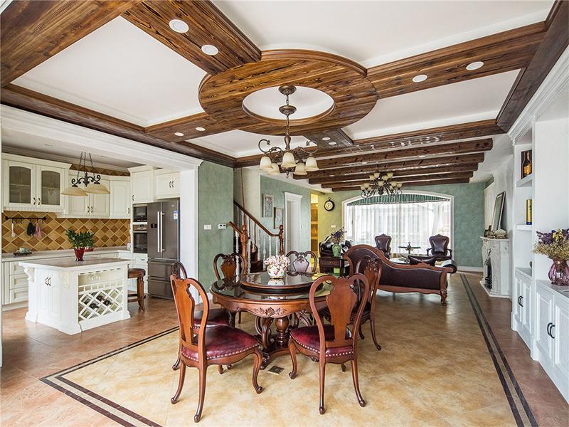 餐厅的木质圆形吊顶与餐桌相映成趣,厨房、餐厅与客厅三个空间打通成一个整体,看上去面积很大。