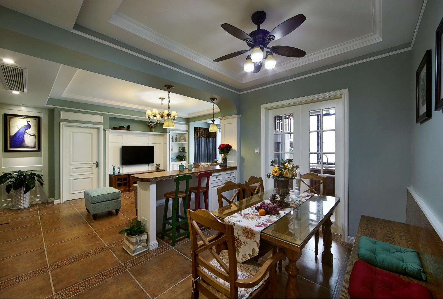 餐厅在客厅走进去一点的位置,一边靠墙座位一边餐桌椅,搭配木质餐边柜和琐碎桌布装饰。