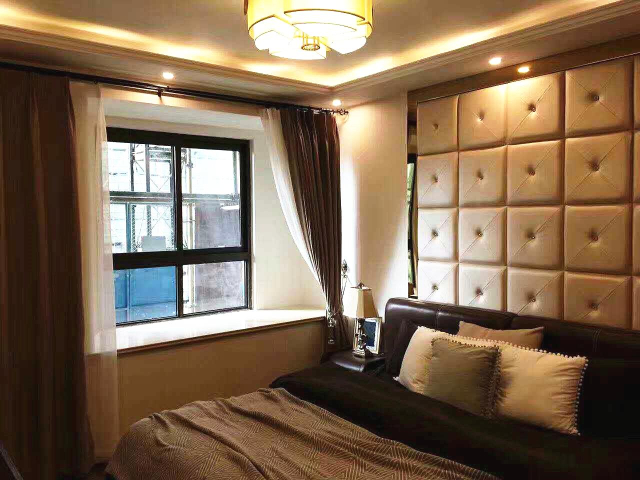 主卧床头延续客厅背景墙的装饰效果,深咖与浅咖相间的卧室,给人一种低调有内涵的印象。