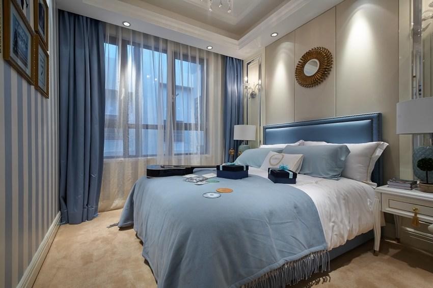 主卧虽有宽大的窗,但采光不足,只得依靠蓝色的亮丽和柔和的灯光弥补室内的明亮度。