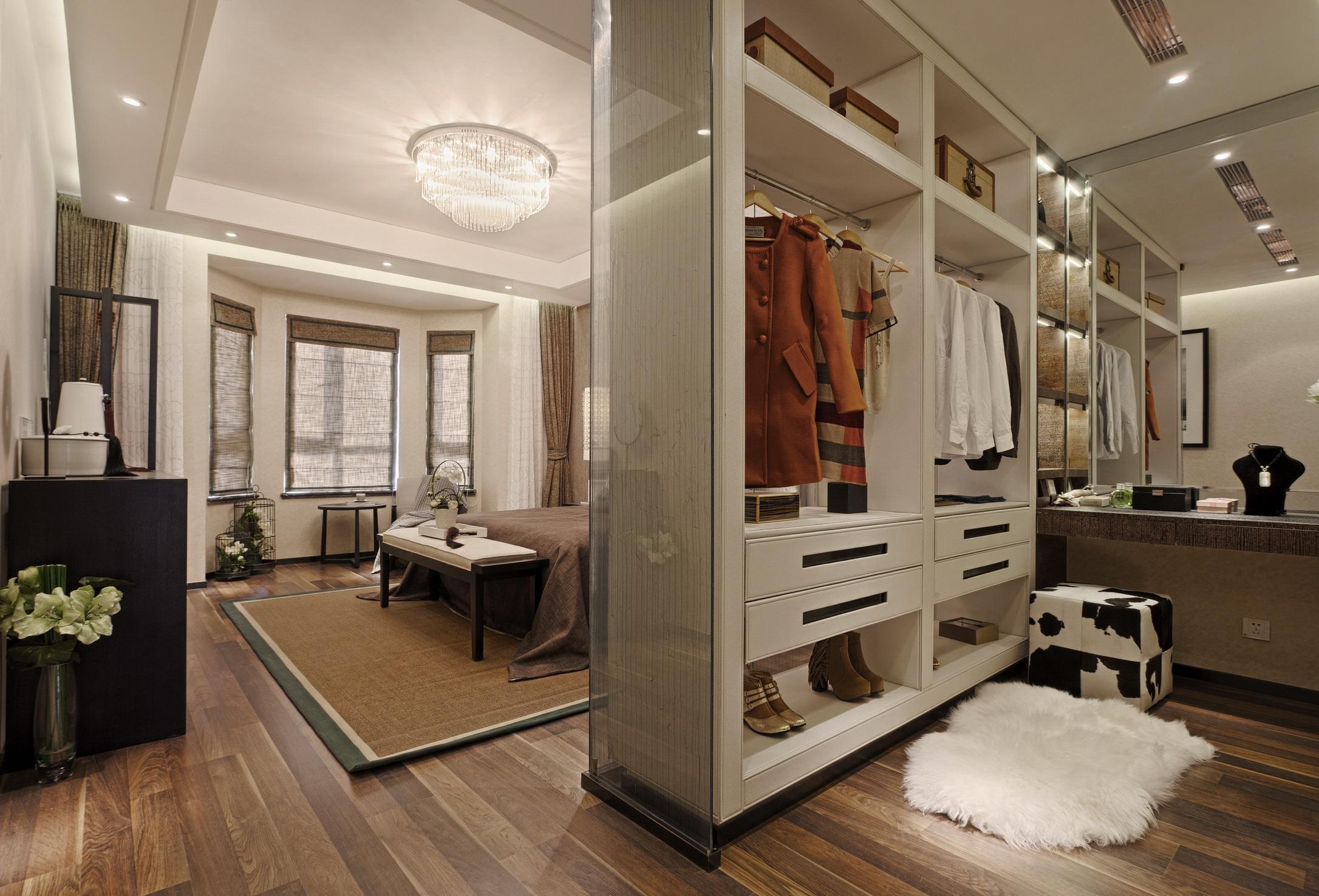 每个女人都有一个衣帽间的梦想,这个大气时尚的设计是不是满足你的所有幻想。