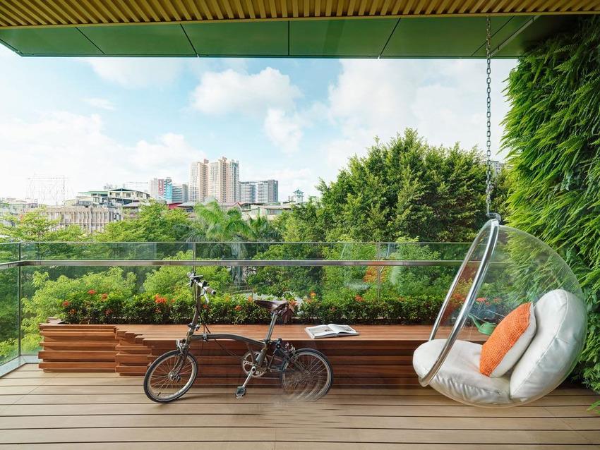 在客厅和阳台的空间中,大量镜面的使用让绿意从外引入室内。