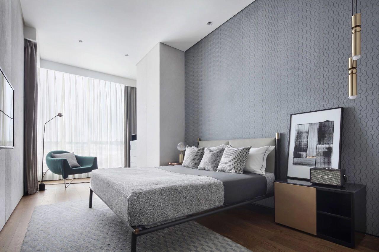 主卧以蓝色作为背景墙,镶嵌金属的线条设计,凸显出現代風格的温婉气质。