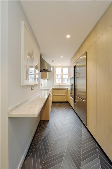 与起居室不同,厨房用了相对低调的设计手法。