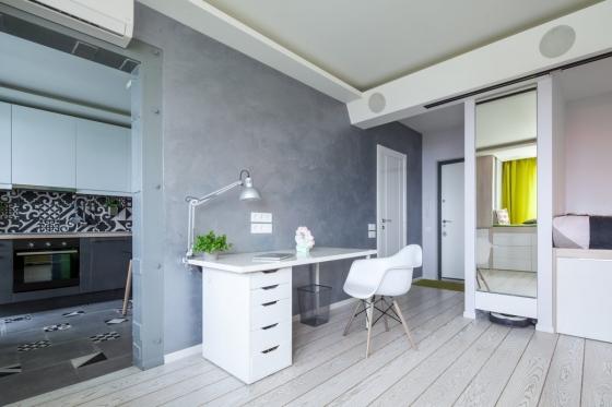 首先将窗台延伸,形成工作台的同时,也可作为一个床铺,供客人使用。