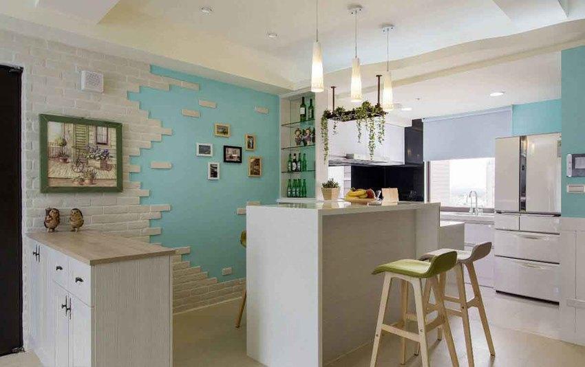 即使少了隔间墙,厨房与吧台区地坪分别使用瓷砖与木地板,天花板也以曲线修饰来界定空间场域。