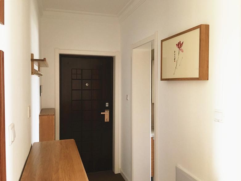 玄关处,沿着墙面设置三组柜子及墙面挂钩,满足了鞋子、外出衣物或生活杂物的收纳摆放需求,功能强大。