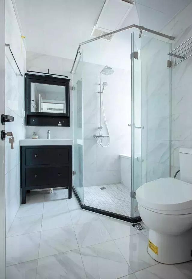 白色的大理石瓷砖搭配浅色的条纹,让卫生间看起来简洁而又大方。