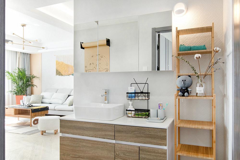 卫生间做了干湿分离,洗手台旁边木质的置放小柜子清新温馨
