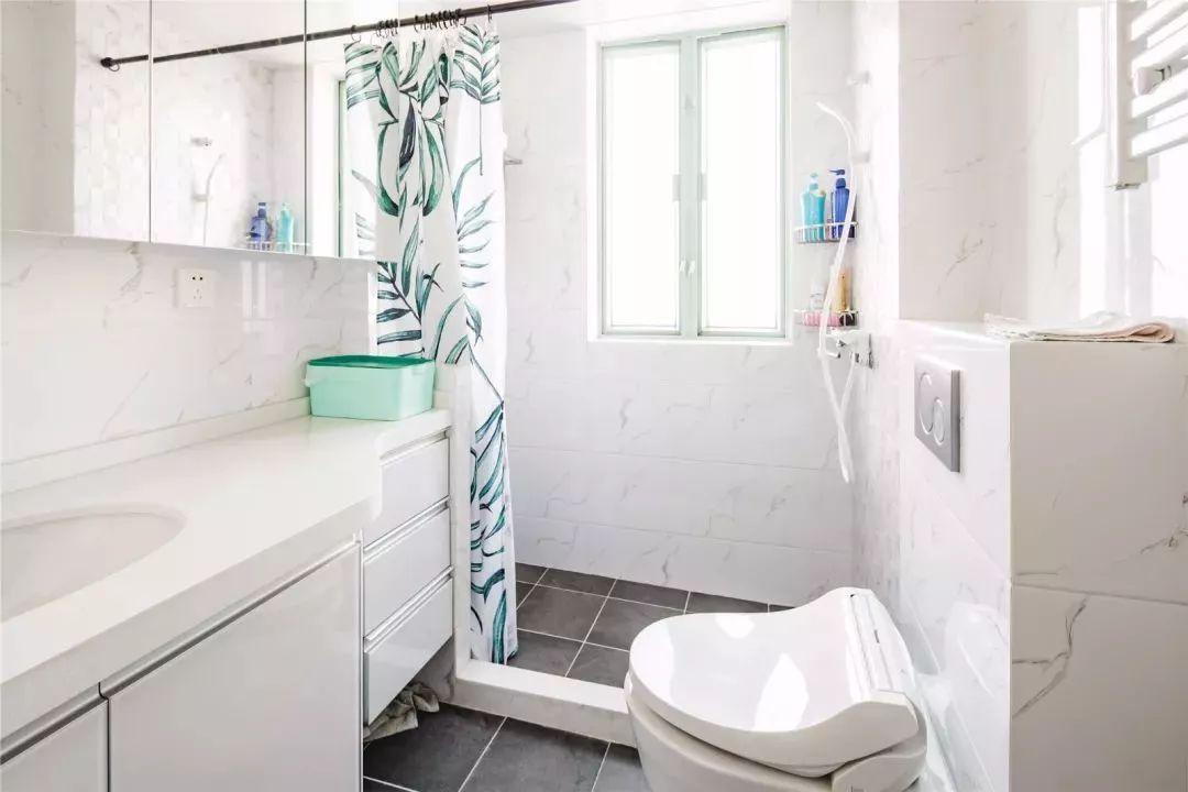 用树叶浴帘对卫生间进行干湿分离,改造成本小、对空间造成的影响小、灵活性极强。