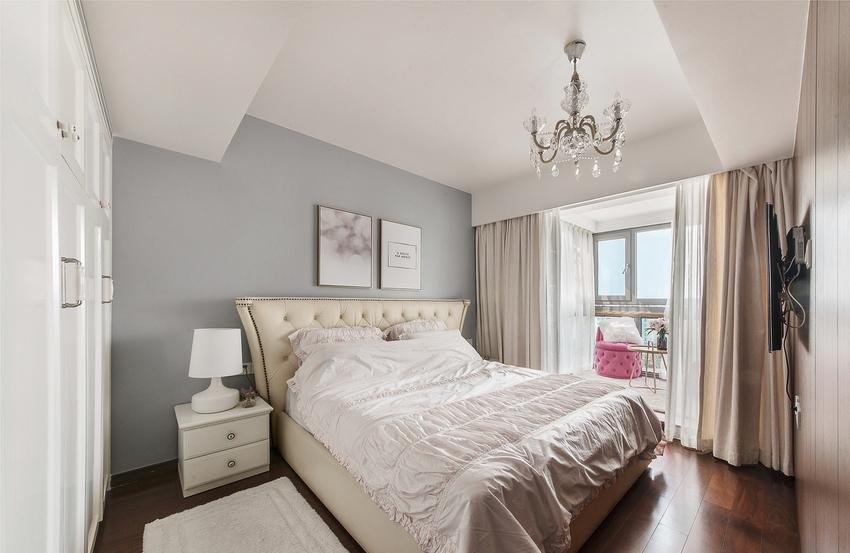 三面采光的优势让自然光透过大面窗景穿梭入内,映出一室纯洁质感。