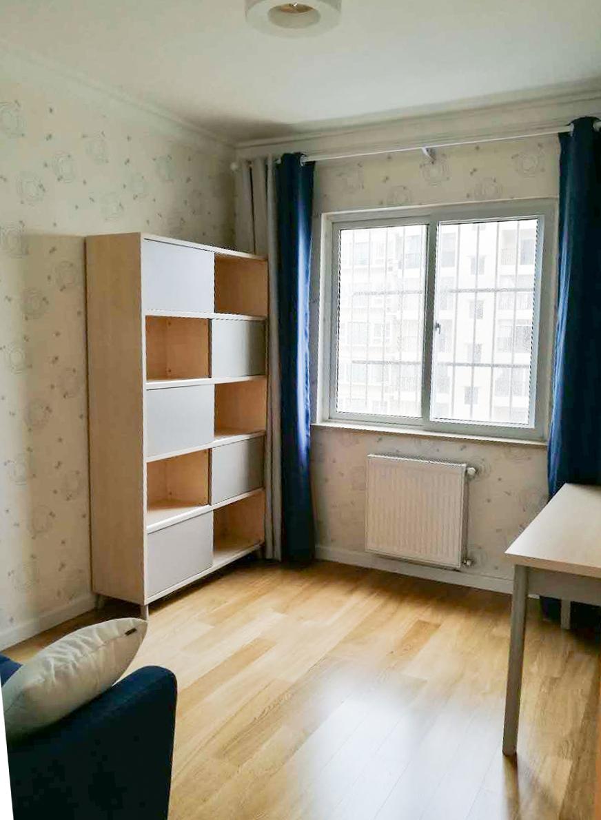 主卧较客厅颜色更浅,营造出宁静舒适的休憩空间。