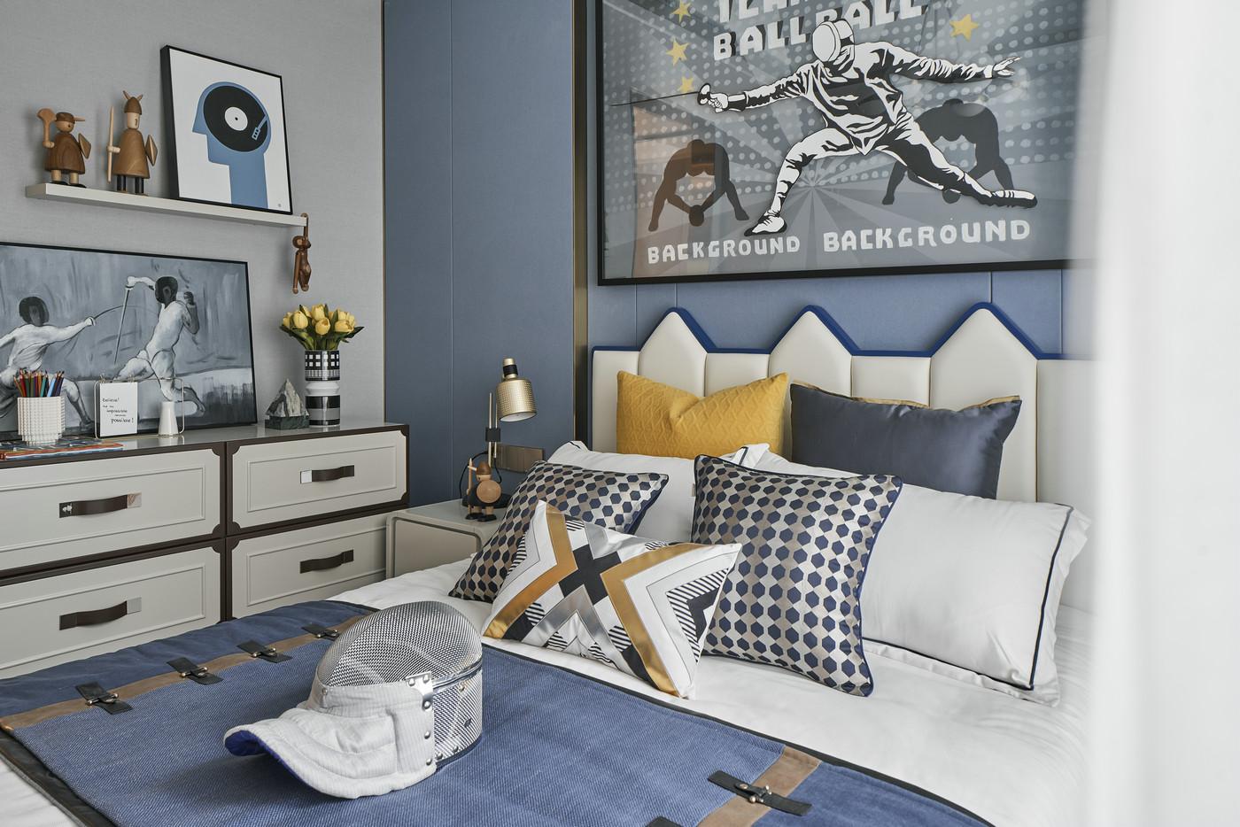 儿童房以蓝色调为基础,童趣雅致,床头一侧利用了纵向空间宽度,打造收纳柜,整体温馨高级。
