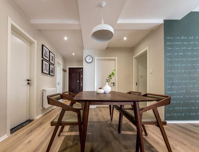 复古简约的长餐桌,配以套系的皮艺餐椅,雅致造型靠背。