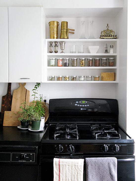 厨房以黑白两色定调,黑色的橱柜和地面让厨房看起来更加耐脏。