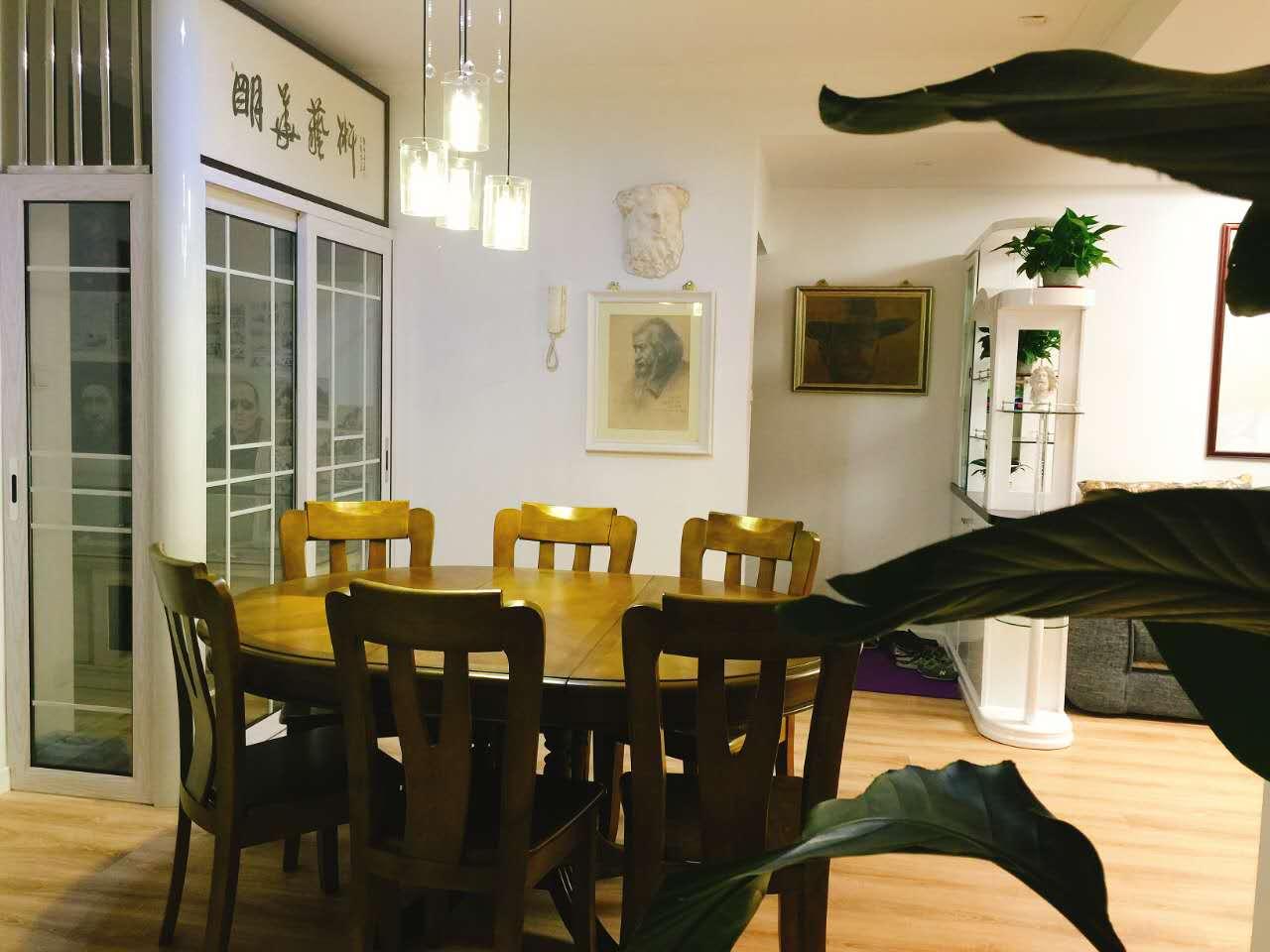 """相比一般家庭不一样的是,餐厅餐桌选用的是偏中式的圆餐桌,除了想让整个空间显得更为立体外,也有""""团团圆"""