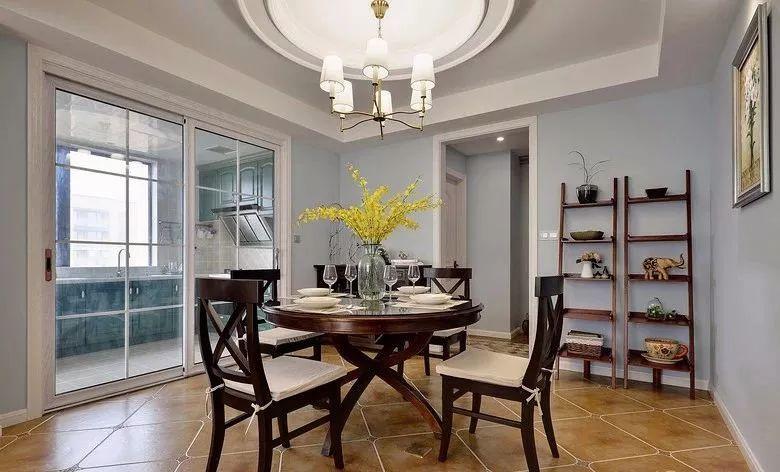 餐厅面积相对宽松,摆上一套圆形的餐桌椅,结合圆形的吊灯造型,显得和谐端庄而大气。