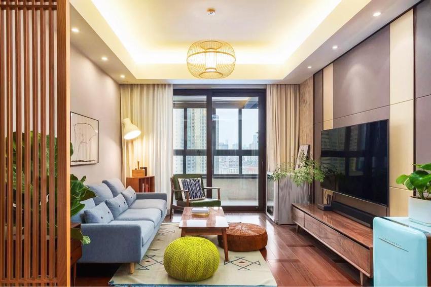 客厅里东西一点都不少,但是在小小的空间里却一点不显得拥挤,得益于有序的摆放与大量的木质元素。