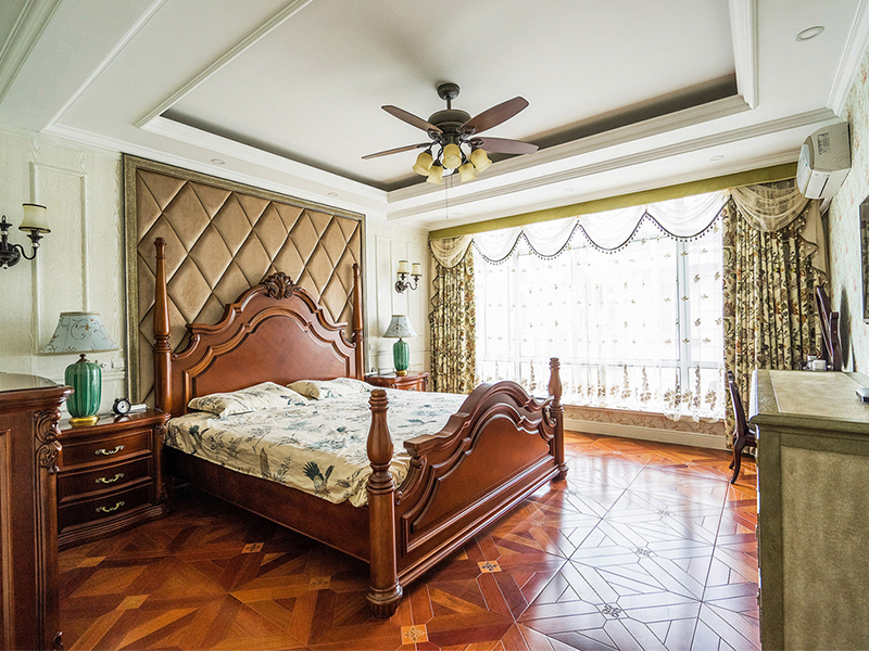 卧室中配合使用了木质电风扇,看上去可爱又温馨。