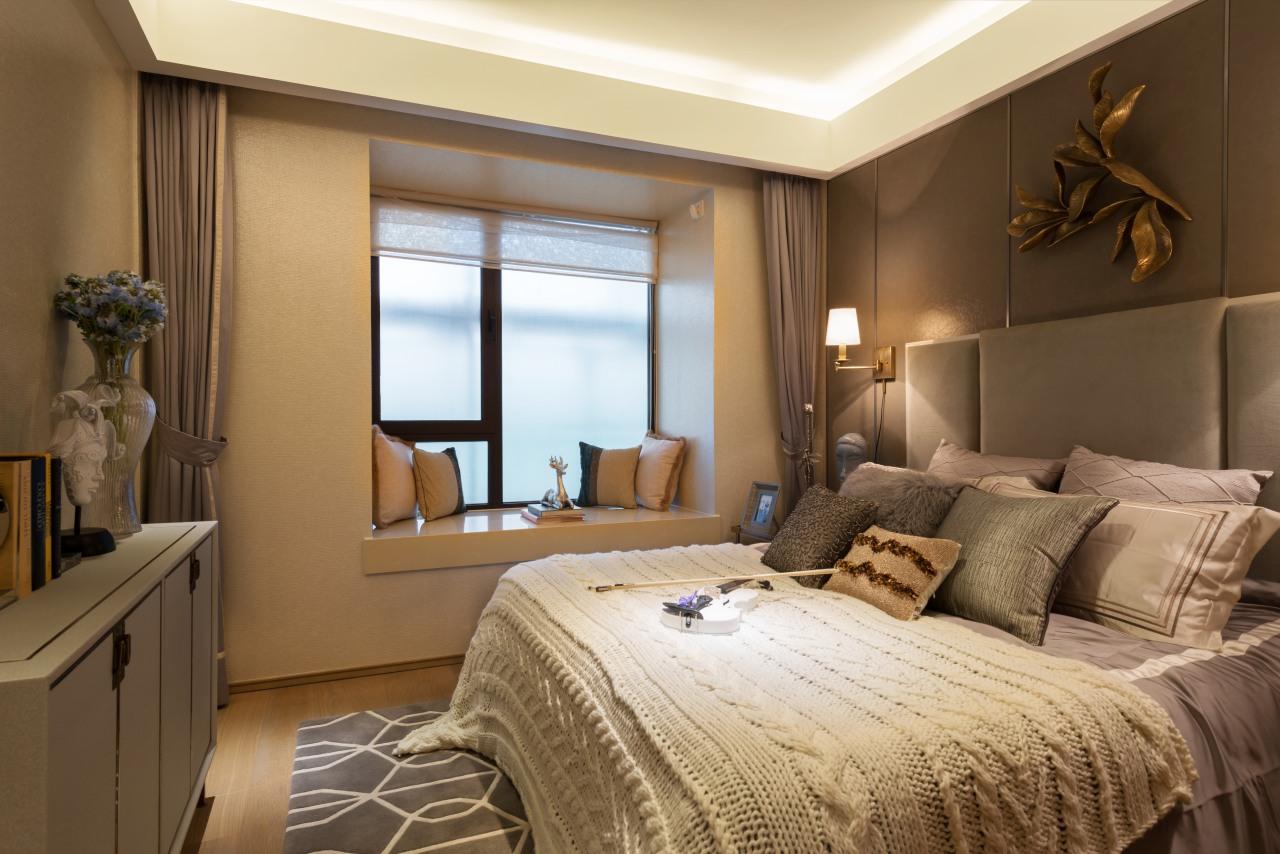 次卧跟主卧结构基本一样,粉紫色窗帘及靠枕增加了浪漫气息,床头的小壁灯也是可爱的不行。