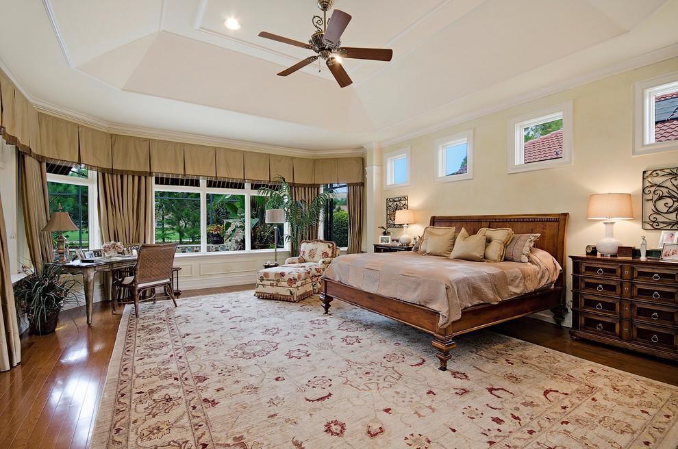 卧室采用地中海装修风格的人都有一种释放,激昂的色彩性格,风格中又有浓郁的发过浪漫。