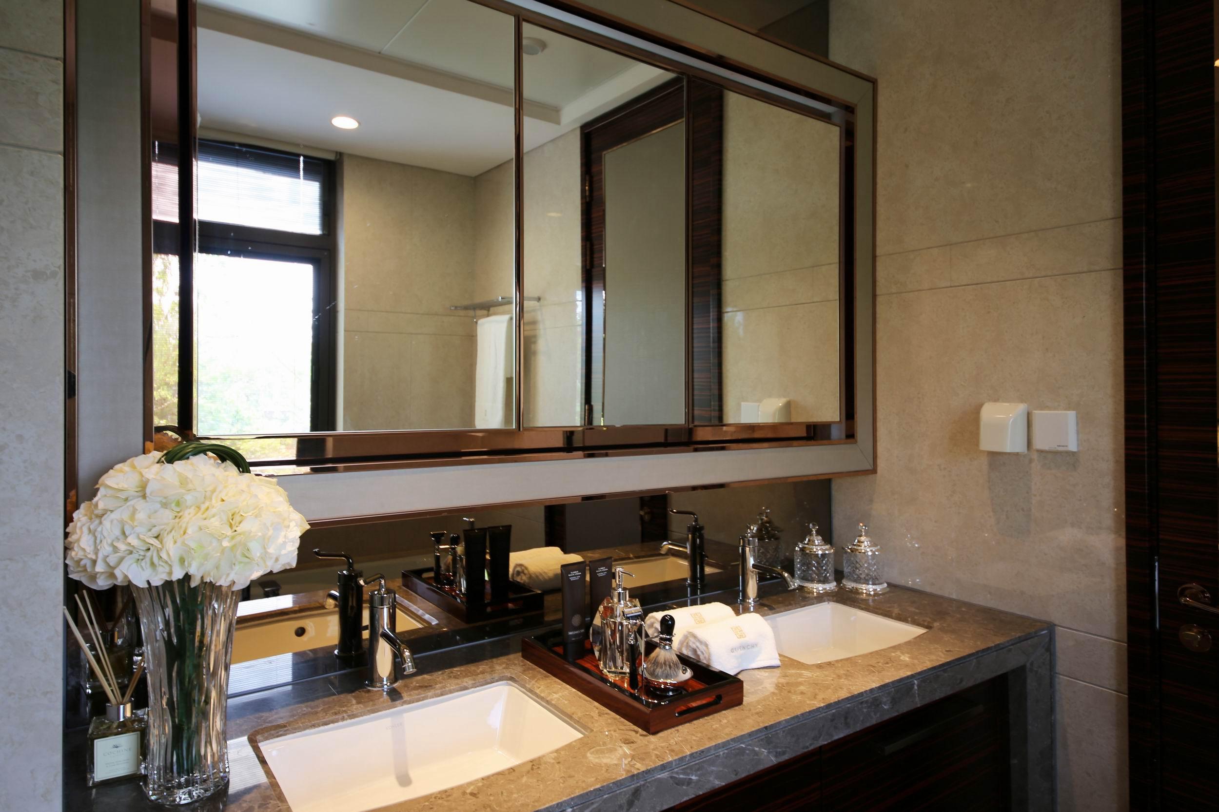 卫浴间天花板以此为材,对应上雪白洗手台,整合出整体质感。