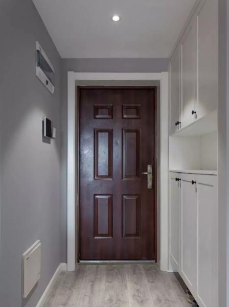 整面墙的鞋柜,中间及底部镂空设计。镂空处可用于放钥匙、雨伞等,同时还可以放小盆栽渲染氛围。
