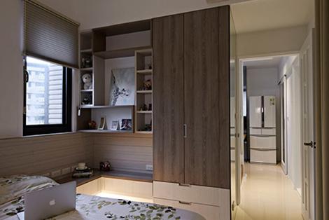 利用转折的深度设计了衣柜与展示层板,充分形塑美感机能兼具的空间主题。